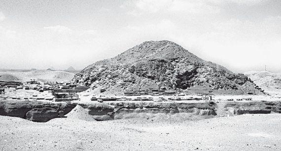 Первое чудо света. Как и для чего были построены египетские пирамиды Египетская пирамида Унаса в Саккаре, недалеко от Каира и от Гизы. Это – большой курган, сложенный из камней и земли. Фотография 2006 года