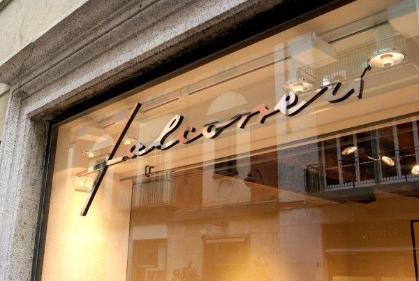 Falconeri, Como. Vetrine, insegni, arredi metallici di Penta Systems.  #arredamenti #arredonegozi #insegne #vetrine   Falconeri, Como. Shop windows, signs and metal furniture by Penta Systems. #furniture #retail #signs #showcases