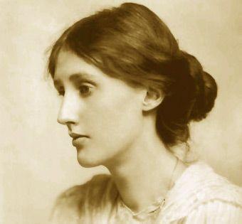 Virginia Woolf (Londres,1882 – Sussex, 1941) fue una novelista, ensayista y editora británica, considerada como una de las más destacadas figuras del modernismo literario del siglo XX. Miembro del Grupo de Bloomsbury, algunas de sus obras más famosas son La señora Dalloway (1925) y  su largo ensayo Una habitación propia (1929), con su famosa sentencia: «Una mujer debe tener dinero y una habitación propia si va a escribir ficción».
