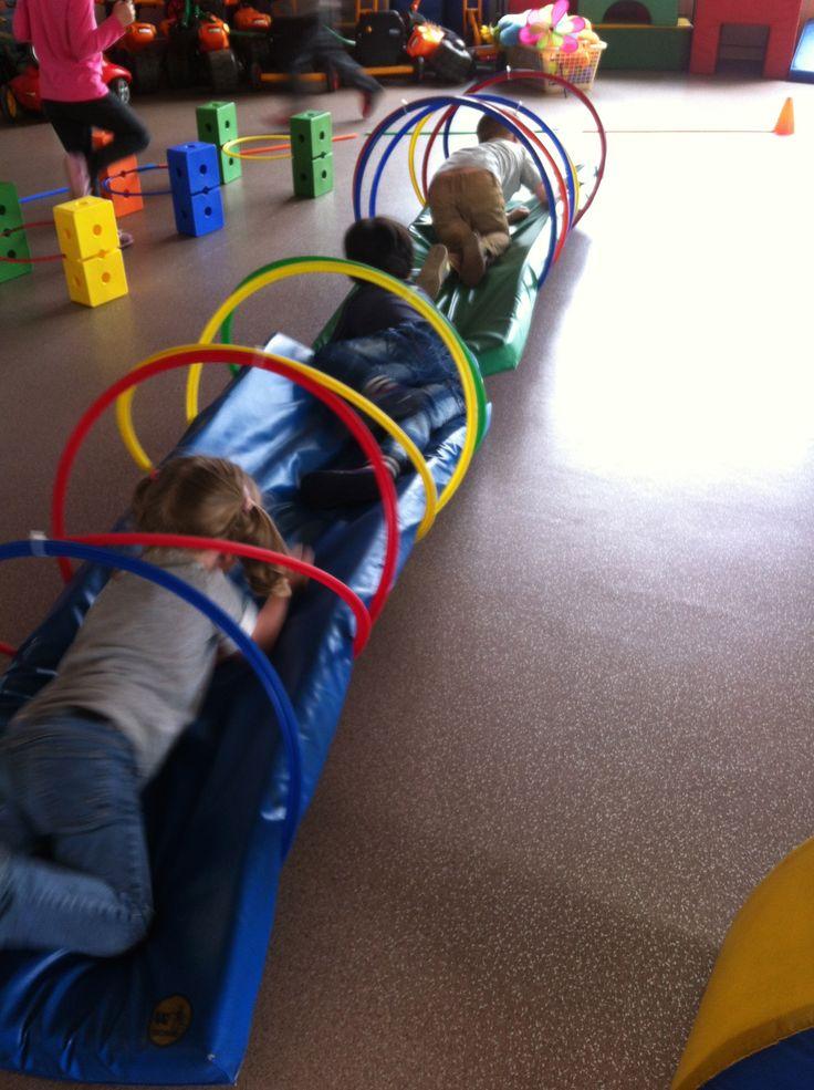 Ramper : Les cerceaux ont été attachés par deux au dessus et en dessous du tapis avec de grands Rilsans. Du coup quand les enfants passent a l'intérieur, il y a un effet de bascule de gauche à droite