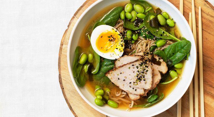 Recept på misoramen – japansk nudelsoppa. Soppa med vitlöksstekt fläsk, färsk spenat och nykokta nudlar. Kan varieras med rester av kyckling, kalkon, salladskål, böngroddar, broccoli eller sockerärter.