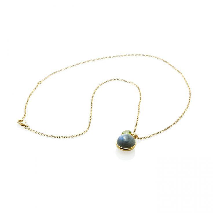 Collar cadena colgante Labradorita Material: Plata de 925 bañada en oro de 18k con Labradorita y Peridoto. Medidas de la pieza: Longitud: 51 cm