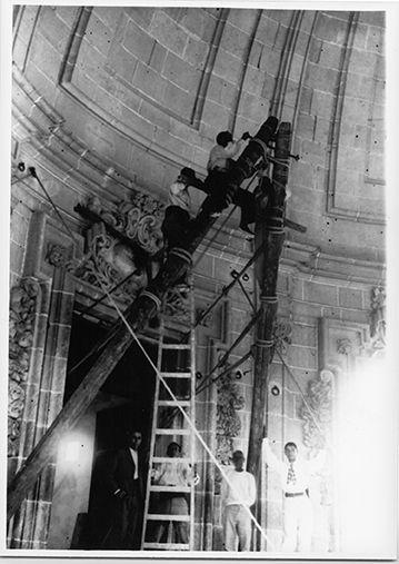Montaje del cielo: izado de la cabria y sujeción de la polea doble #MisteridElx Foto: Pedro Ibarra (1901)