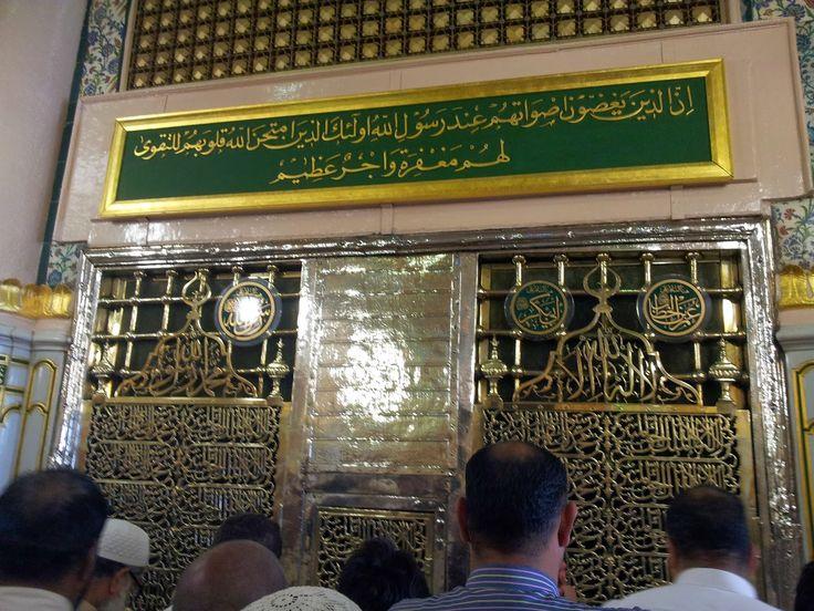Di Masjid Nabawi ini terdapat makam Rasulullah SAW, Abu Bakar As Shiddiq dan Umar bin Khattab. Kalau jamaah umroh berada di luar masjid Nabawi, sebelah timur, maka posisi makam Rasulullah SAW dan kedua sahabatnya tepat di bawah kubah hijau. Di Makam Rasulullah inilah kita disunnahkan mengunjungi dan menyampaikan salam kepada Rasulullah SAW. Dalam suatu hadits disebutkan bahwa Rasulullah SAW akan menjawab salam siapapun yang memberikan salam kepadanya.
