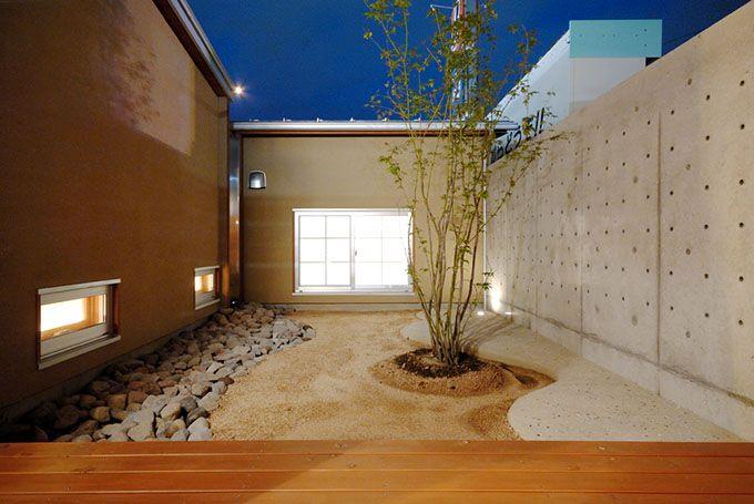 茶室となる和室へと続くモダンなドライな庭
