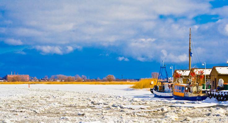 Fischerboote im Hafen Freest im Winter