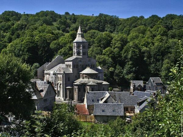 ✅ Basilique Notre-Dame d'Orcival (Puy-de-Dôme)