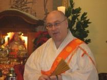 黙考文 Meditazione di un credente     Pur col trascorrere degli anni, possa non dimenticare mai di essere un buon studente del Buddihsmo. Mi sforzerò sempre di mantenere un atteggiamento sincero e diligente di ricerca, di fede e di pratica. Prometto di servire ogni giorno i Tre Tesori del Buddha, Dharma e Sangha, e di vivere la mia esistenza in accordo col Dharma Meraviglioso.