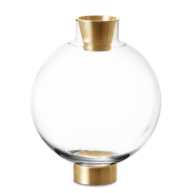 """Vasen Flask från Svenskt Tenn står på en hållare så att man kan """"lägga"""" den ned lite på sned. Väldigt fin!"""