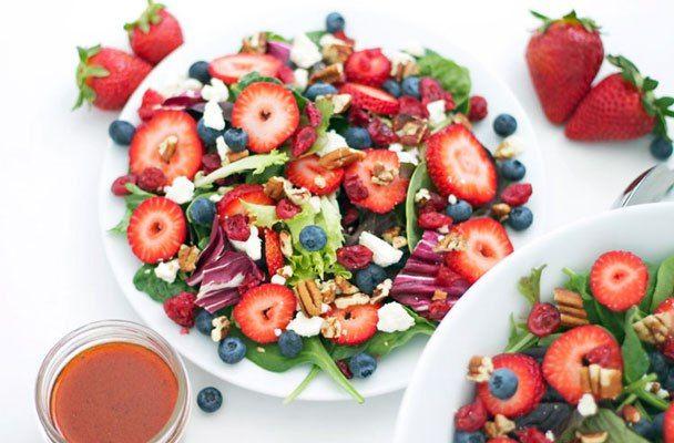 Insalata-mista-con-feta-e-frutti-di-bosco-ricetta-parliamo-di-cucina
