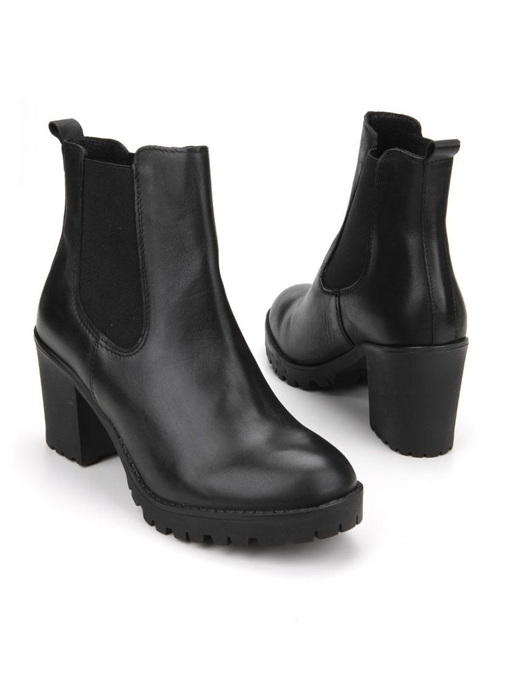 PS Poelman korte laars  Description: Zwarte korte laarzen van PS Poelman. Deze dames laarzen zijn gemaakt van leer en hebben een kunststof zool. De hakhoogte bedraagt ongeveer 7 cm.  Price: 99.99  Meer informatie