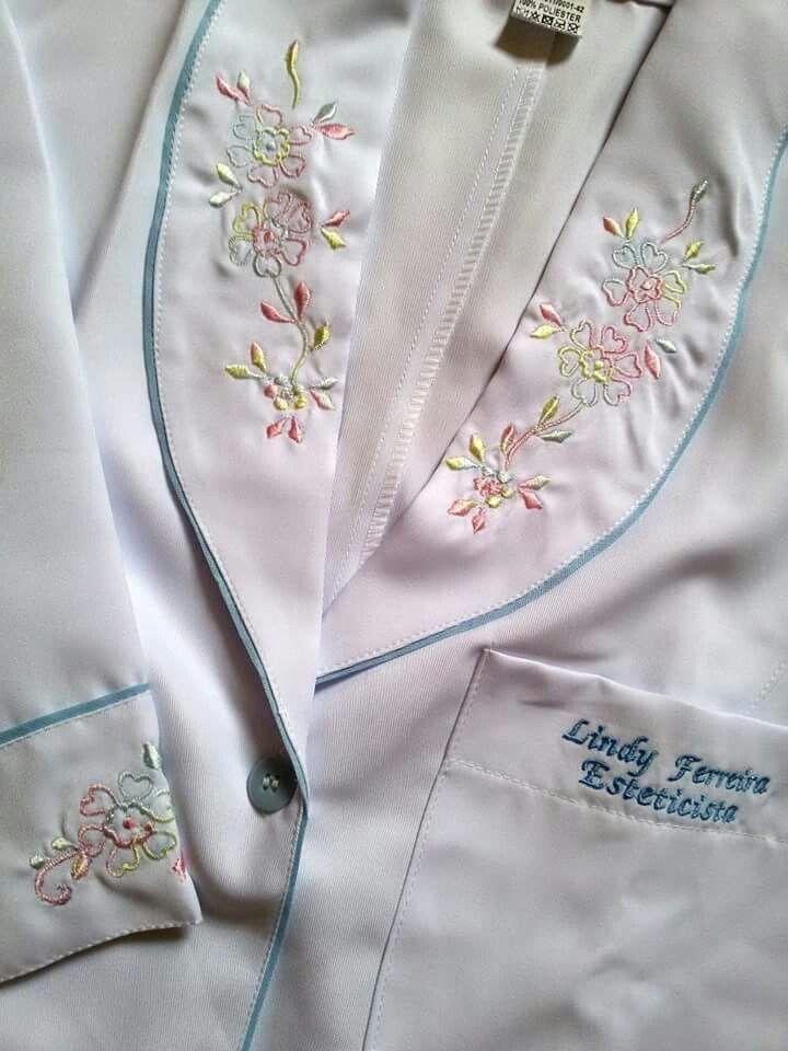 Jaleco Gola Inteira Bordada  #labcoat #Uniforms #Fashion #Style #Nurse #Medical #Apparel #rendasetramas