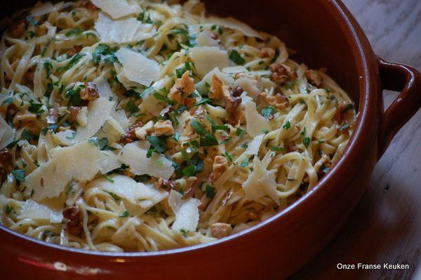 Een heerlijke frisse zomerse pasta. In tegenstelling tot andere Ottolenghi gerechten dit keer geen lange lijst ingrediënten, zoals we van hem gewend zijn. Ook wel eens prettig. Bovendien heb ik twee b