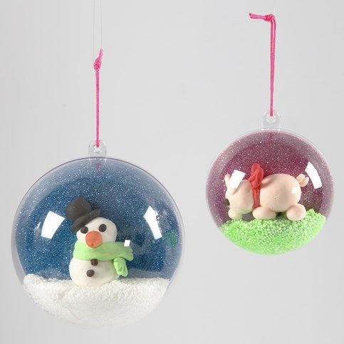 13701 Een decoratieve kerstbal met zelfgemaakte afbeelding binnenin