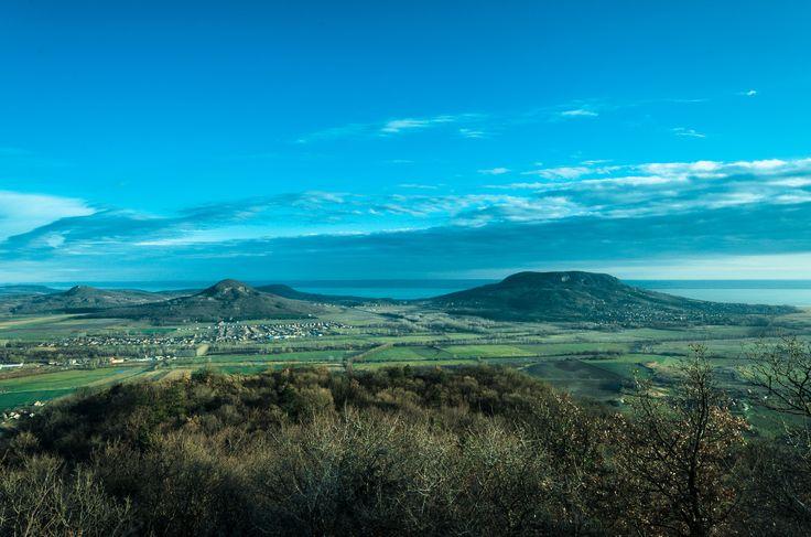 Tanúhegyek a Balaton-felvidéken (balról jobbra: Tóti-hegy, Gulács, Badacsony)