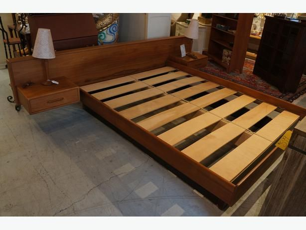 MID CENTURY MODERN TEAK QUEEN SIZE BED WITH FLOATING SIDE TABLES (I-52546)