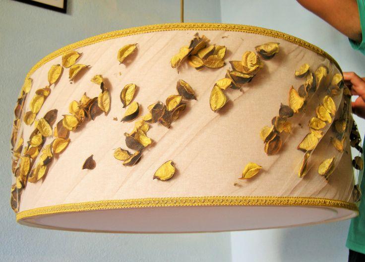 Paralume da sospensione realizzato con inserti di fiori secchi color senape