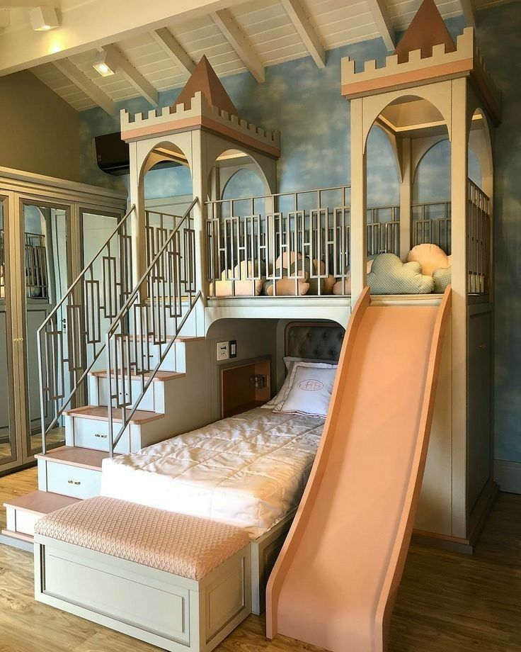 Erweitern Sie das Oberteil, um ein großes Hochbett für beide Mädchen zu erhalten, und haben Sie einen Spielbereich darunter. Aber in Schwarz oder Lila