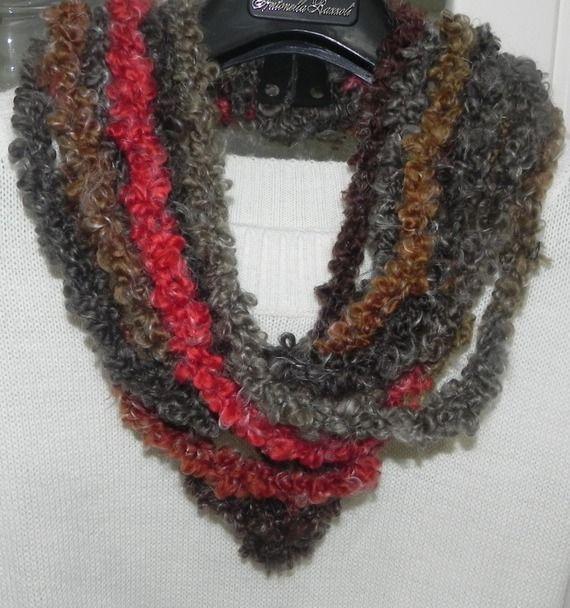 Collana con fiore ad uncinetto con filato in misto lana