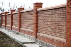 Кирпичный забор с рваного и обычного кирпича