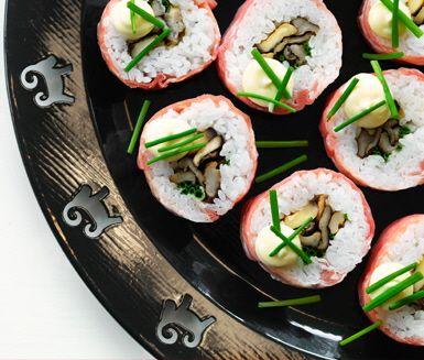 Sushi med lufttorkad skinka, stekt svamp och dijonmajonnäs
