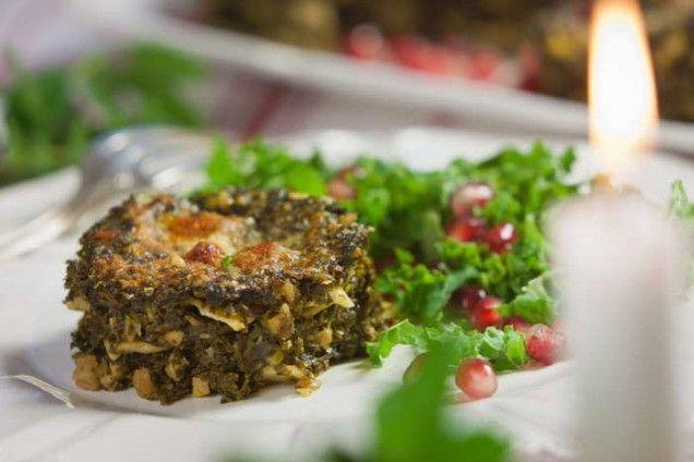 Efter jul kanske det finns långkål kvar till dessa små vegetariska lasagne-bakelser. Annars går det fint att använda fryst, förvälld grönkål och bara fräsa upp den i smör för att sedan låta den koka...