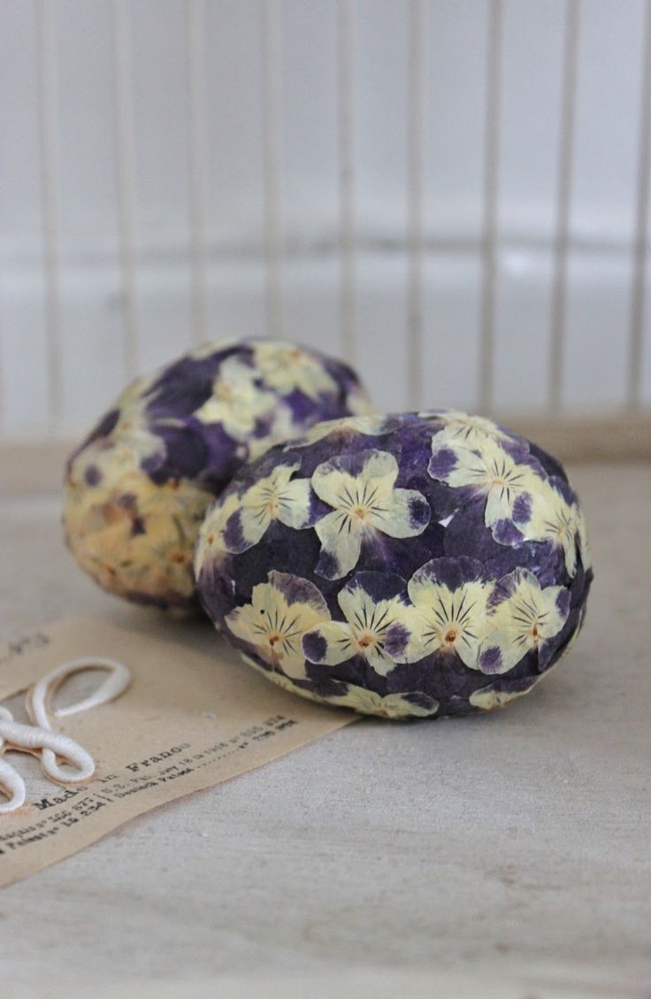 Pretty eggsPretty Eggs, Eggs Covers, Dry Pansies, Easter Spr, Easter Eggs, Eggs Art, Eggs Time, Eggshell Art, Easter Ideas