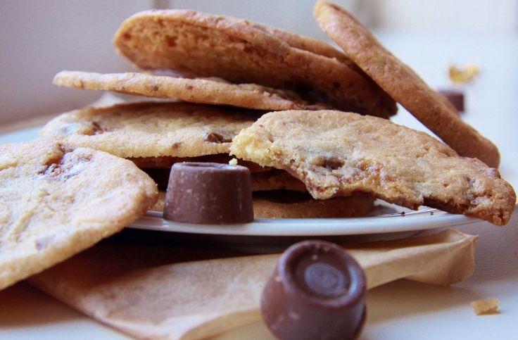 Video & Recept voor deze heerlijke snelle Rolo Chocolate Chip Cookies met witte chocolade.