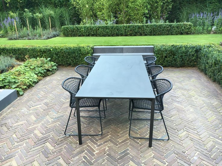 Boiacca outdoor diner table Kristalia. Vela chair outdoor Pottocco