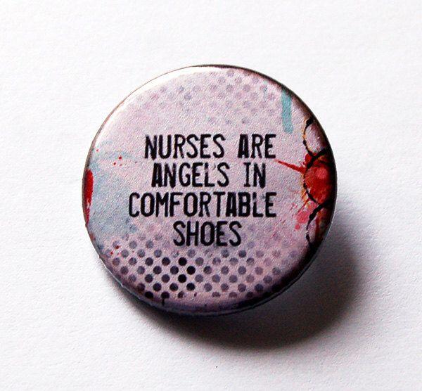 Krankenschwester-polig, Krankenschwester Wertschätzung, Pinback Sensortasten, Lapel Pin, Brosche, Krankenschwestern sind Engel in bequeme Schuhe, Krankenschwestern Woche Geschenk für Krankenschwester (5497) von KellysMagnets auf Etsy https://www.etsy.com/de/listing/270124092/krankenschwester-polig-krankenschwester