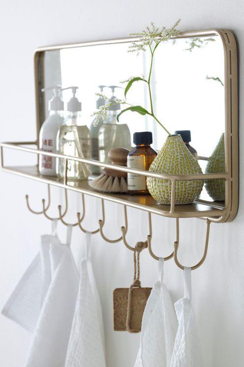 Lättplacerad hängare av mässingsfärgad metall med 8 krokar, en hylla och spegel. <br><br>Höjd 35 cm. Bredd 87 cm. Djup 11 cm. Monterad. <br><br>