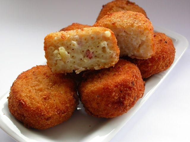 Queste frittatine di pasta sono preparate secondo la ricetta napoletana: sono quelle che si trovano in tutte le rosticcerie napoletane