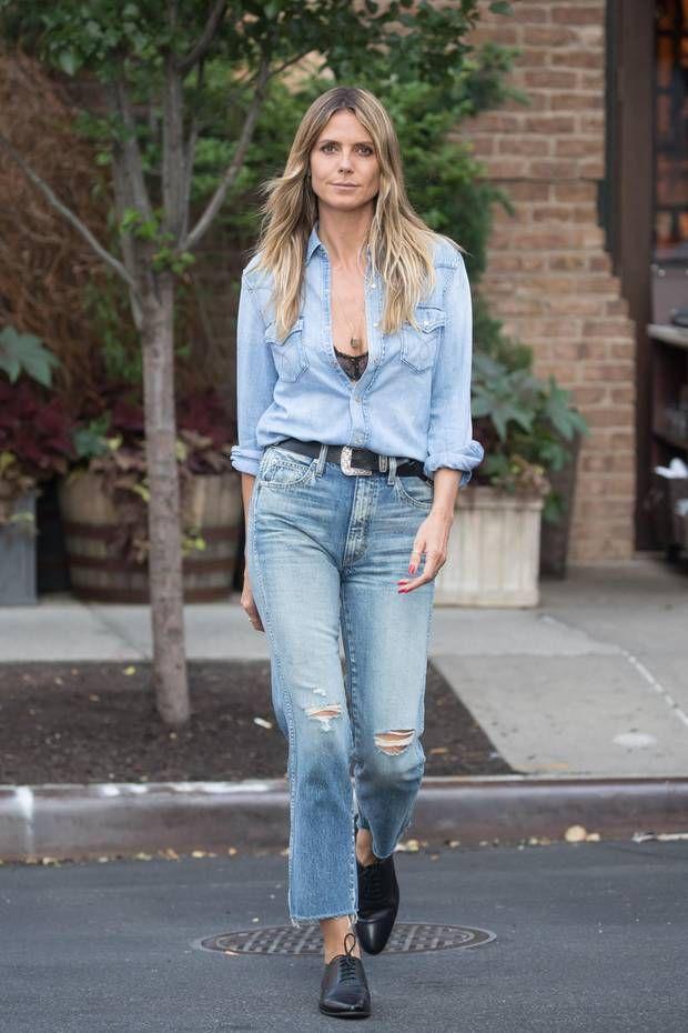 86041f62f15 Heidi Klum macht die Straßen New Yorks zu ihrem Laufsteg  Zu einem hellen  Jeanshemd und einer gerade geschnittenen Ripped Jeans kombiniert sie einen  ...