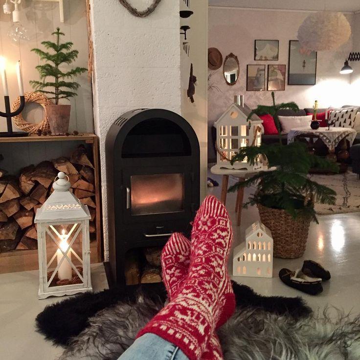 Good Evening⭐️ God kveld i stuene✔️ #fireplace#vedfyring#vedovn#julestrømper#førjulsstemning#levendelys#candlelight#detaljer#stemning#finahem#landligehjem#levlandlig#shabbychic#shabbychicdecor#delvakkerthjemjul#mynorwegian_christmashome#mynorwegian_julehjem#interior#interiordesign#interior_and_living#mylivingroom#myhome#livingroom#christmasiscoming