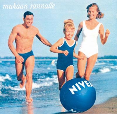 1965: In den sechziger und siebziger Jahren wird ein Element der NIVEA Werbung sehr populär: Der NIVEA Ball, der aufblasbare Wasserball im klassischen NIVEA Design. #nivea #history