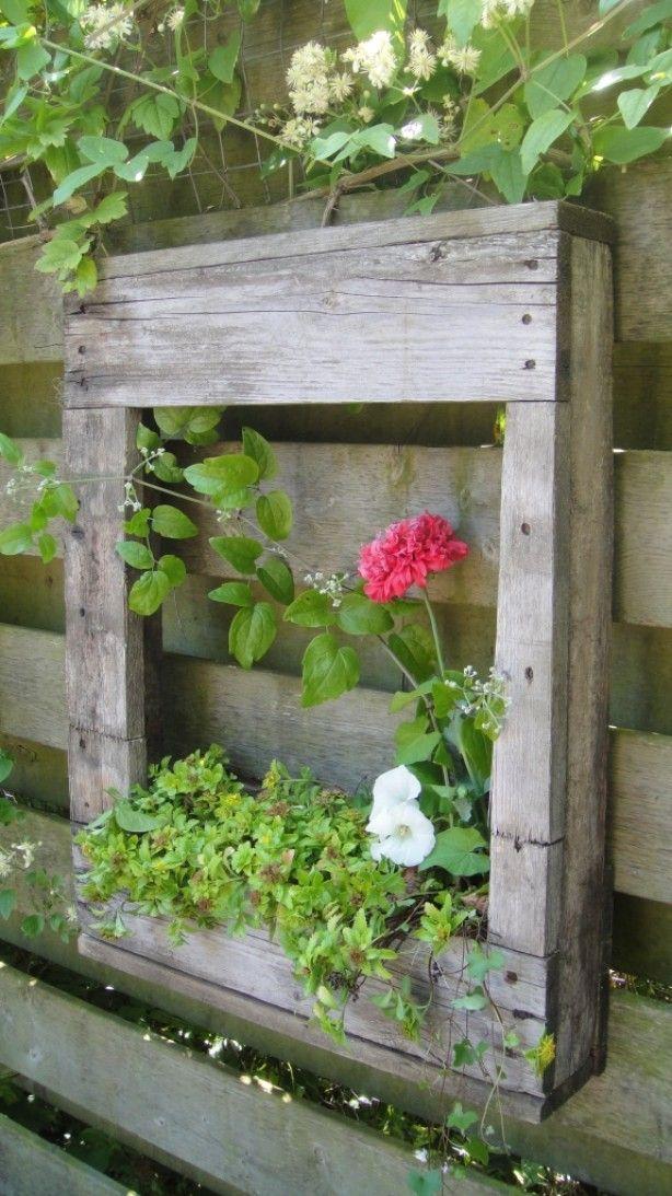Leuke kastje van oude pallet met bloembakje. Om de schutting of tuinmuur op te…
