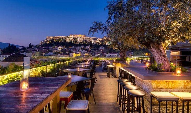 Υποδεχόμαστε τις ζεστές καλοκαιρινές νύχτες στις πιο όμορφες ταράτσες της Αθήνας, απολαμβάνοντας τη θέα και πίνοντας δροσερά cocktails και μπύρες κάτω από τα αστέρια. Σας παρουσιάζουμε 12 οάσεις στα ψηλά για ένα απολαυστικό καλοκαίρι στην πόλη.