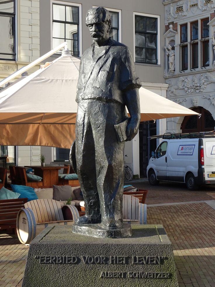 Deventer - De Brink. Bronzen beeld van zendeling/arts en filosoof/schrijver/organist Albert Schweitzer. Het beeld is gemaakt door E. Pieter de Monchy (1916/2011), beeldhouwer en tekenaar. Ter gelegenheid van het eeuwfeest van Schweitzers geboorte in 1975 liet de Stichting Nederlands Albert Schweitzer Fonds dit standbeeld maken. Dit fonds is gevestigd in Deventer. Foto: G.J. Koppenaal, 16/02/2016.