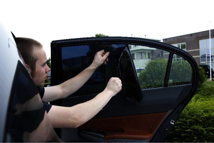 Carpoint Raamfolie 300X76cm donkergrijs 5%  Description: Deze Carpoint zonfolie is geschikt om de ruiten van je auto huis of badkamer te tinten. Dit maakt het van buitenaf moeilijker om naar binnen te kijken waardoor je meer privacy hebt. Deze folie biedt bovendien bescherming tegen UV- en zonlicht is warmte werend inbraak vertragend en geeft geen glassplinters bij ruitbreuk. Onbehandeld glas laat licht en warmte ongehinderd door. Hierdoor kan het binnen erg warm worden je spullen kunnen…