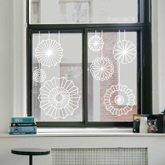 Wil je mooie papieren rozetten decoratie voor je raam hangen, maar geen zin om te gaan vouwen? Dan is deze #raamtekening dé oplossing. Geen knutselkunde voor nodig! Geschikt alledaags gebruik, maar ook leuk als decoratie bij een feestje of feestdagen.