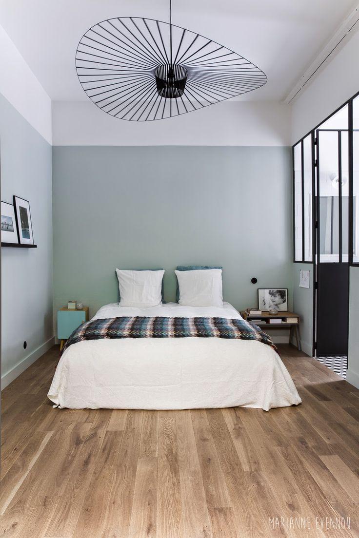 Une chambre esprit atelier chic  :  Murs vert de gris alignés avec la verrière…