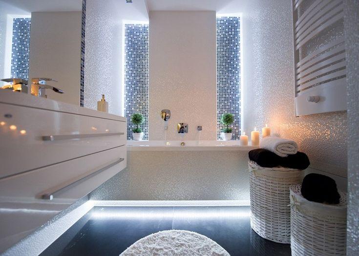 Badezimmer mit Mosaikfliesen und Led-Beleuchtung am Boden