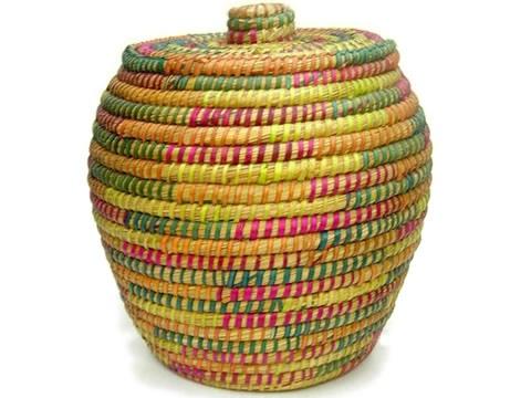 Cesto multicolor con tapa para guardar todo lo que no tiene lugar (todavía).