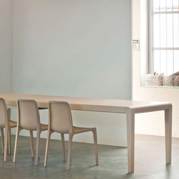 Tavolo modello Exteso ideale per l'arredo ristorante. Tavolo ristorante in rovere sbiancato, tinto wengé o faggio laccato bianco. Tavolo allungabile.