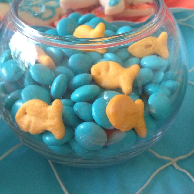 Stick some goldfish in with blue M for a fun ocean-themed salt n' sweet snack! #Lala-Oopsie #Lalaloopsy