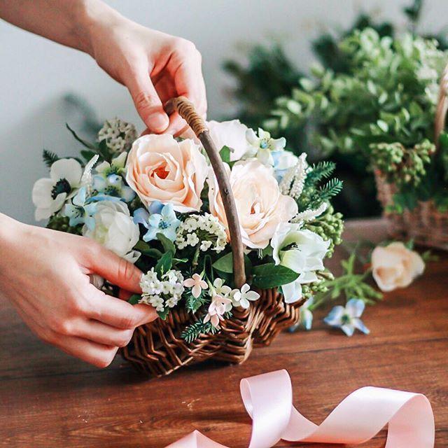 Flower basket.ピンクとブルーのアレンジメント リボンとサンクスカードで気持ちを添えます バスケットも人気のギフトのひとつです オーダーで承っています .#ウェルカムスペース#ウェルカムボード#ウェディングブーケ#ミモザ#春の花#ブーケ#ウェディングフラワー#結婚式準備#2018春婚#2018夏婚#両親贈呈品#両親へのプレゼント#新築祝い#結婚祝い#名入れ#ギフト#花のある暮らし#花のある生活#造花#ドライフラワー#ドライフラワーのある暮らし#weddingflowers#mimosa#flowerlove#flowerarrangements#flowerstagram#flowerdecor#airaka#アイラカ