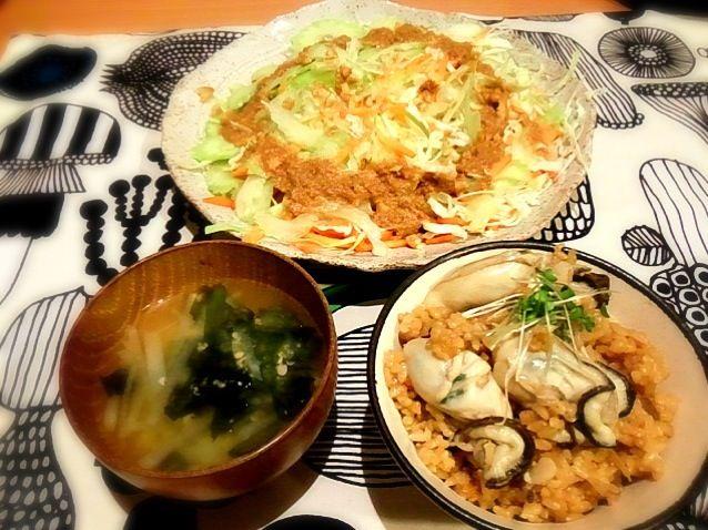牡蠣はさっと煮て、ご飯が炊き上がってから入れるからプリプリ♪自家製ゴマドレで生野菜たっぷり食べましたぁ。 - 10件のもぐもぐ - 晩ご飯 : 牡蠣ご飯 ゴマドレサラダ 大根とワカメの味噌汁 by sholotus