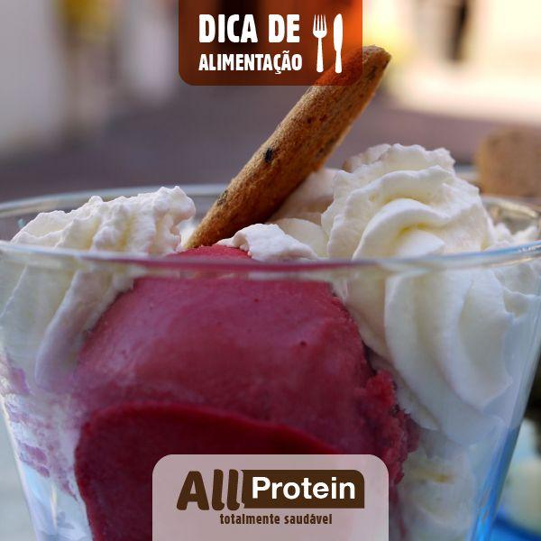 Como fazer sorvete proteico de morango!  Estamos na primavera e as temperaturas estão aumentando. Junto com o calor vem aquela vontade de saborear um sorvete refrescante. Mas para não sair do foco e manter a dieta e o ganho de massa magra, segue uma receita de como fazer sorvete proteico.  Como fazer sorvete proteico para saciar a sua vontade de comer um gelato com poucas calorias e gorduras e muita proteína, ou seja, o oposto do sorvete tradicional.  Veja como é fácil preparar: