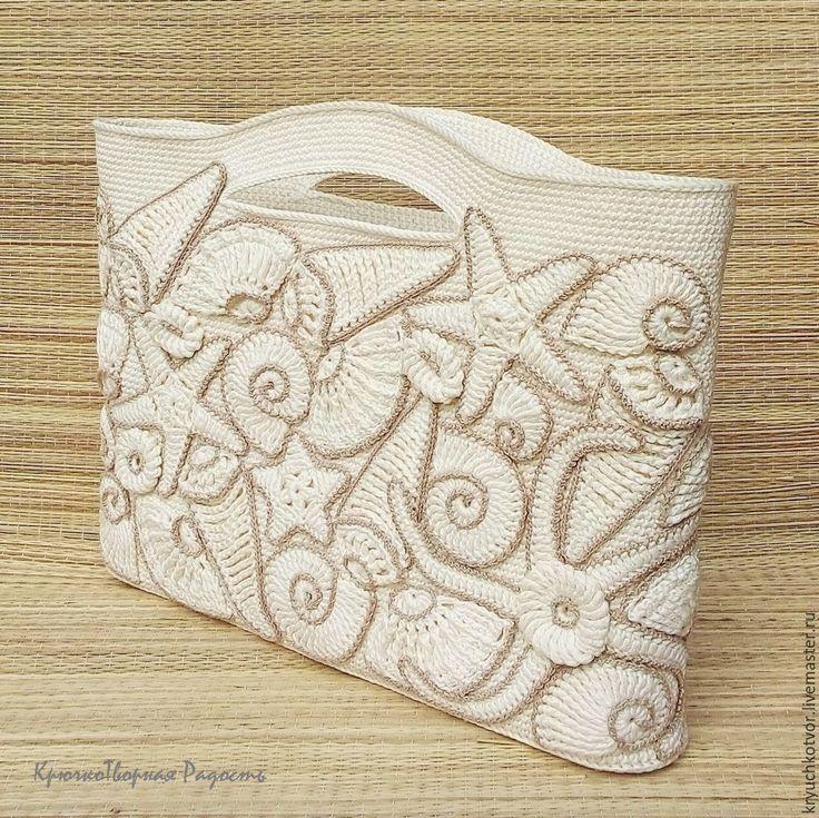 Favolosa borsa che ricorda il mare! Si tratta di una borsa lavorata all'uncinetto con maglia bassa e decorata con applicazioni che riproducono i fondali marini: conchiglie, stelle marine ...