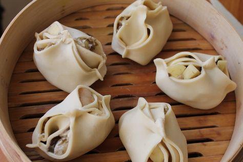 Манты с белыми грибами и сырным соусом------ Тесто для мантов: 1 кг муки 1 яйцо 1/2 стакана ледяной воды воды соль Как замешивать смотрите здесь, здесь и здесь )) Начинка: Грибы (замороженные или свежие) Сало свиное Лук Картофель Укроп для украшения